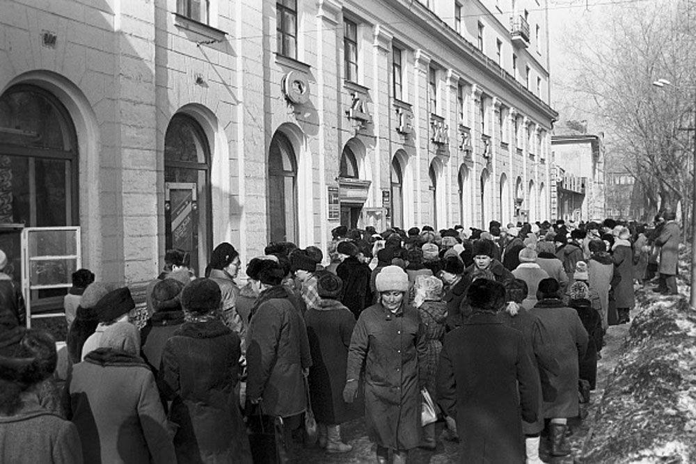 Свою программу предложило и правительство СССР, которое, не отрицая необходимости перехода к рыночным отношениям, предлагало растянуть этот процесс на долгое время, оставить значительный государственный сектор в экономике, контроль за ней со стороны центральных бюрократических органов. Президент отдал предпочтение программе правительства и в январе 1991 года началась ее реализация.