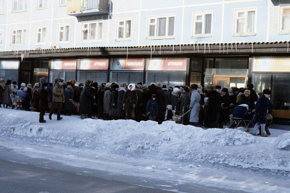 Реформа ударила по тысячам людей, державшим рубли и «в чулке», и в Сбербанке. Рухнули состояния в 15-30 тысяч, копившиеся десятилетиями.