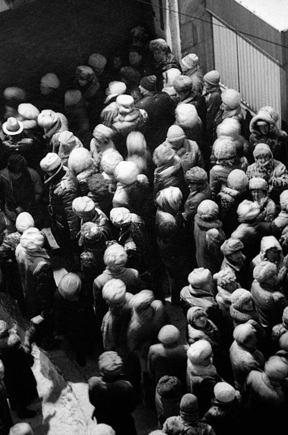 Предпосылками для реформы было то, что к середине 1990 г. советское руководство приняло решение о введении частной собственности на средства производства. Начался демонтаж основ социализма. Президенту СССР Михаилу Горбачеву было предложено несколько экономических программ перехода к рыночной экономике; наибольшую известность из них получила программа под названием «500 дней», созданная под руководством молодого ученого Григория Явлинского.