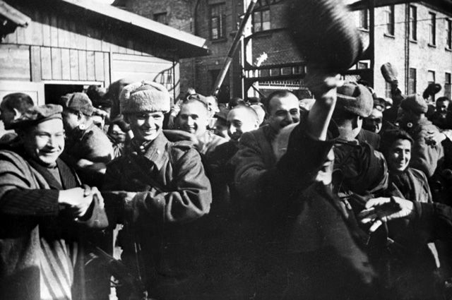 Узники Освенцима в первые минуты после освобождения.