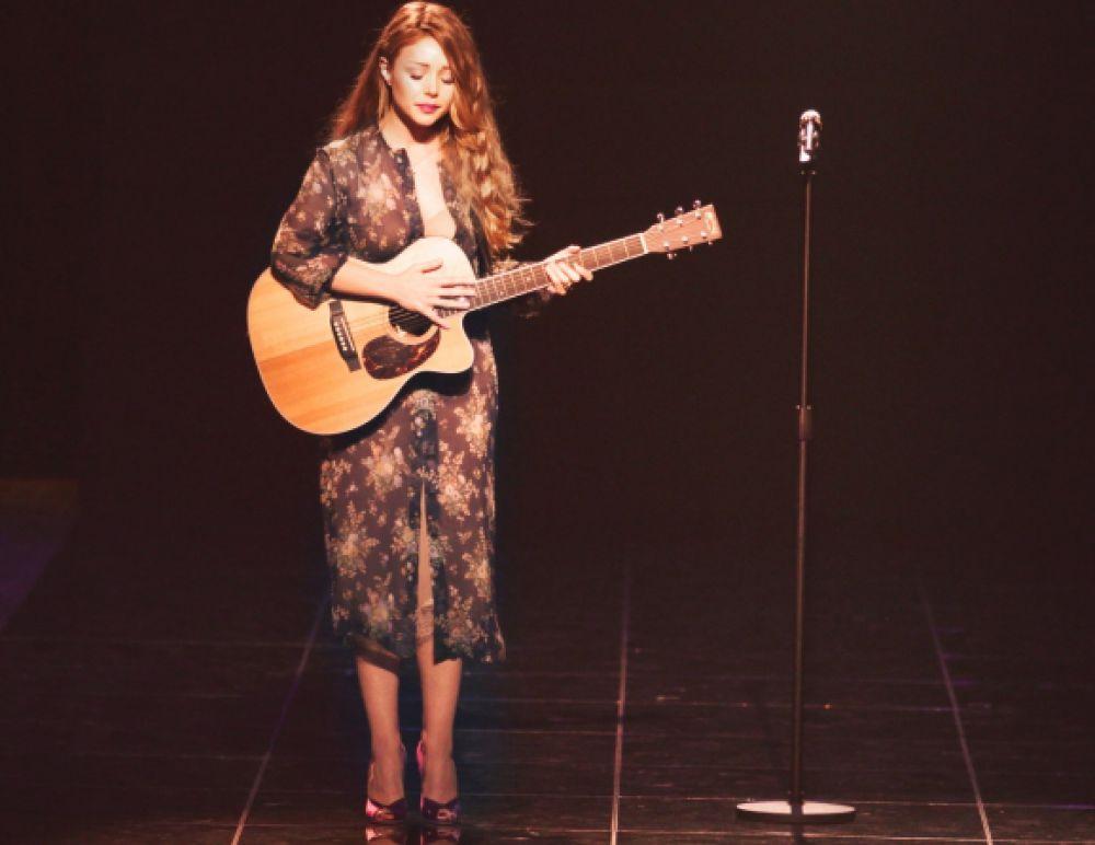 Тина Кароль в платье от Ульяны Сергеенко на обложке альбома «Девять песен о войне» (2014 г.)