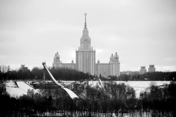 Трамплин на Воробьевых горах и главное здание Московского государственного университета имени М.В.Ломоносова.