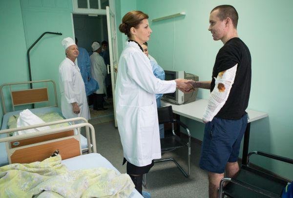Марина Порошенко посетила пациентов ожогового центра в Киеве