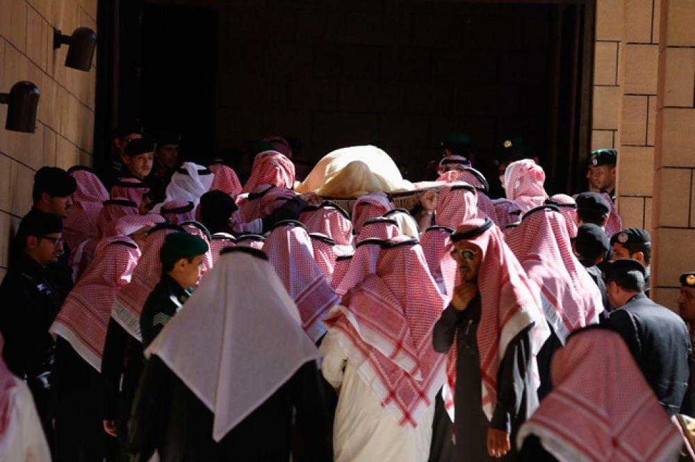 23 января. В Эр-Рияде прошли похороны скончавшегося в пятницу короля Абдаллы, которому было 90 лет. Новым королем Саудовской Аравии стал его 79-летний брат Салман.