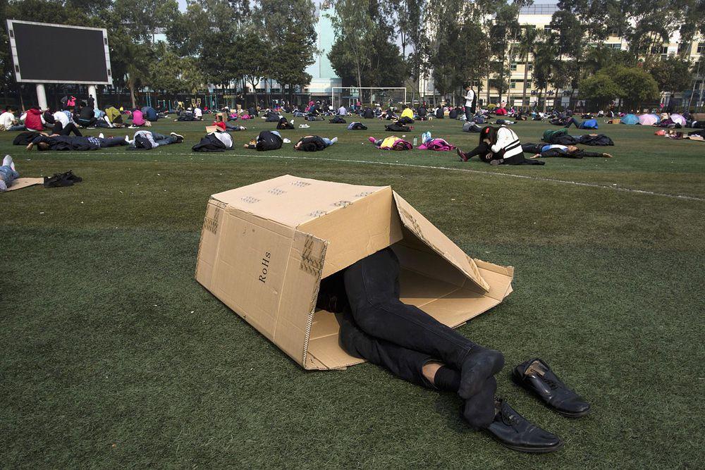 22 января. Сотрудники тайваньской компании Foxconn во время обеденного перерыва. Руководство крупнейшего в мире производителя электроники нередко критиковали за тяжелые условия труда на предприятиях. В 2010 году компания была вынуждена повысить зарплату на своем заводе в Шэньчжэне после серии самоубийств среди рабочих.