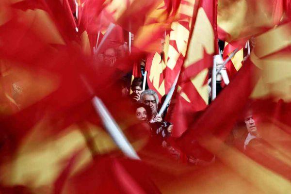 Опросы населения показывают, что сегодня выхода из Еврозоны и ЕС не хотят более 80-ти процентов греков. Но ясно и то, что терпеть навязанную международными кредиторами политику жесточайшей бюджетной экономии у греческого народа сил больше нет.
