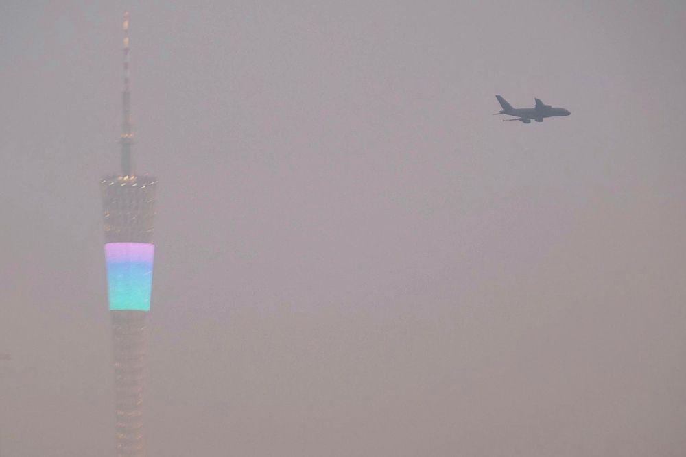 21 января. Густой смог окутал Пекин. В некоторых районах города видимость не привышает 2 метров.