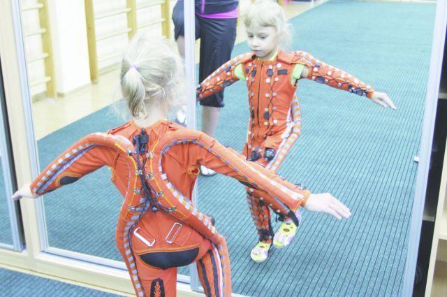 Пневмокостюм помогает детям с ДЦП ходить.