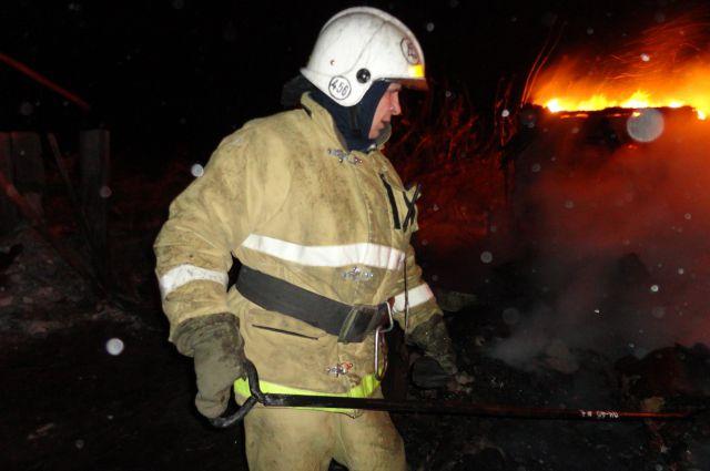 87 спасателей тушили пожар на складе в Центральном округе.