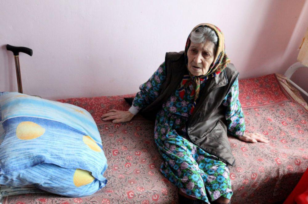 Несмотря на всеобъемлющую помощь правительства области и МЧС, людям не хватает теплой одежды и одеял, детского питания - очень много грудных младенцев - и лекарств.