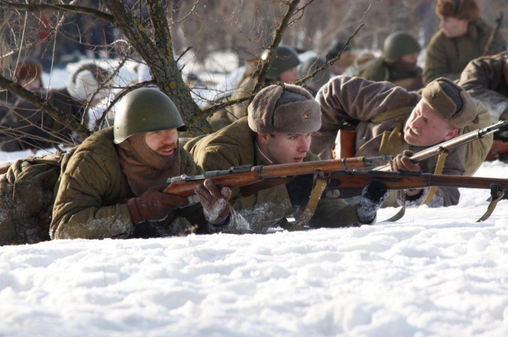 Бойцы внимательно следят за действием врага.