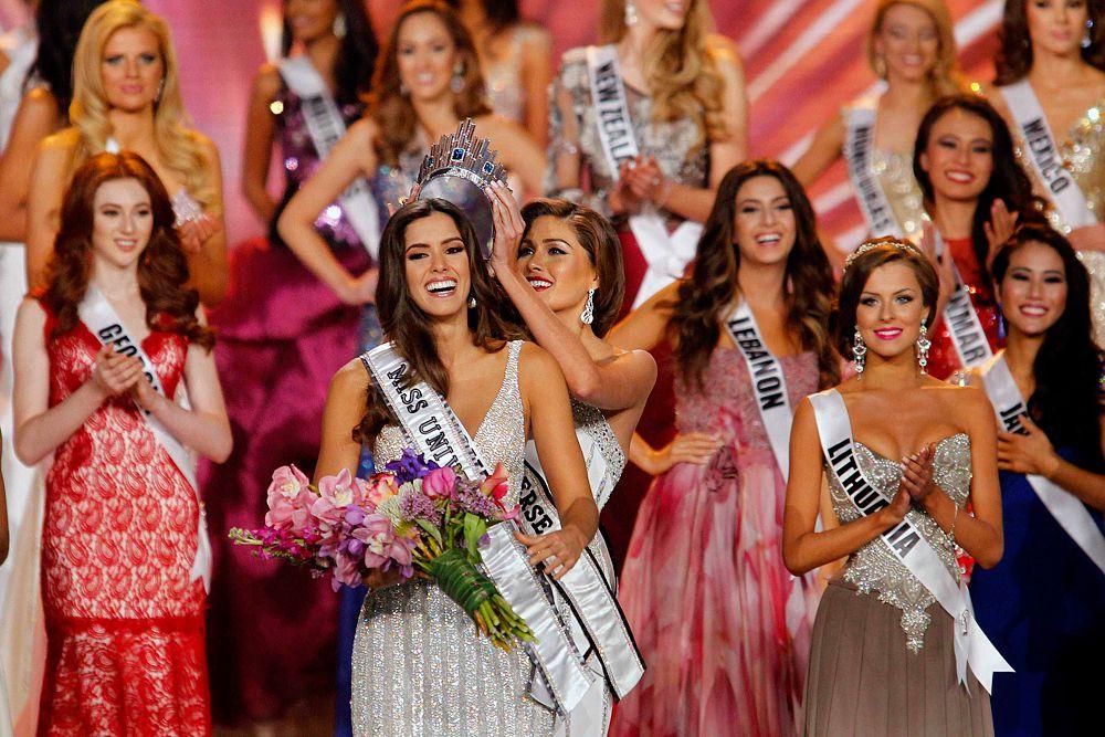 На глазах у миллионов зрителей Мисс Вселенная-2013 венесуэлка Габриэла Ислер короновала новую победительницу драгоценным венцом стоимостью $300 тыс. По задумке дизайнеров, украшение повторяет линию небоскребов на небе Нью-Йорка, ее украшают синие сапфиры и более 300 небольших бриллиантов