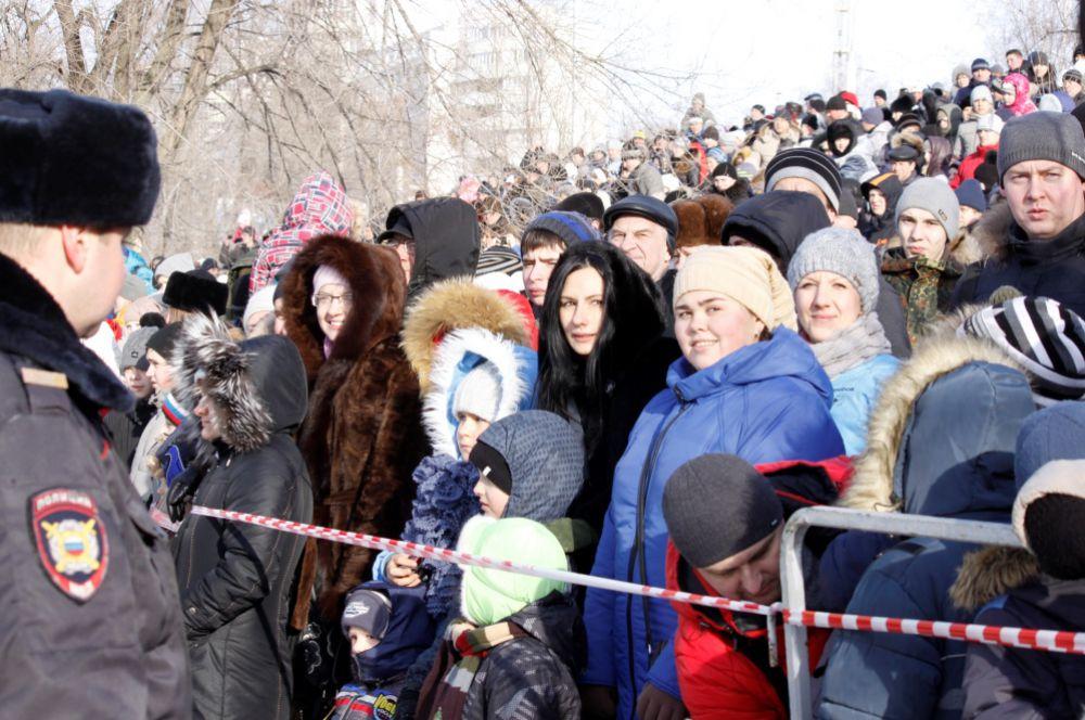 На поле собралось несколько тысяч зрителей.