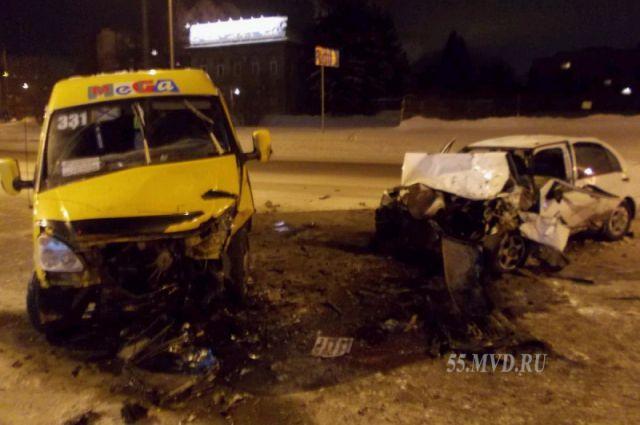 В столкновении маршрутки и иномарки пострадали 3 человека.
