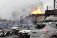Искорёженные автомобили на одной из улиц Мариуполя после обстрела города.