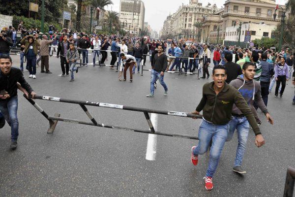 По данным СМИ, в Александрии двое участников акции открыли беспорядочный огонь по прохожим. Один из стрелявших был ликвидирован полицейскими, второй при задержании получил ранения.