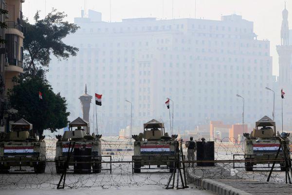 В Каир даже ввели бронетехнику: танками и колючей проволокой от демонстрантов была огорожена главная площадь январской революции Тахрир.