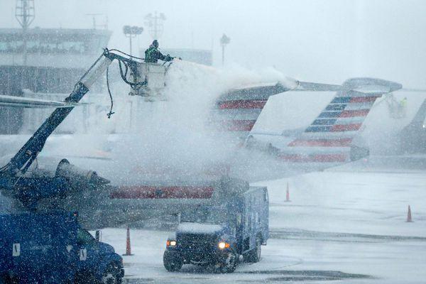Авиакомпании в США отменили более 5,7 тыс. рейсов из-за приближения снежной бури.