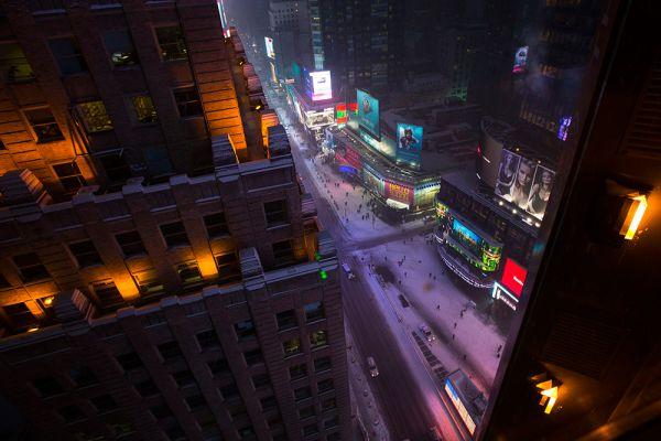 Как заявил в понедельник на брифинге нью-йоркский градоначальник, с 11 вечера (07:00 вторника по Москве) только машины городских служб будут иметь доступ к улицам Нью-Йорка. Мэр отметил, что запрет будет действовать до тех пор, пока обстановка на дорогах не станет безопасной.
