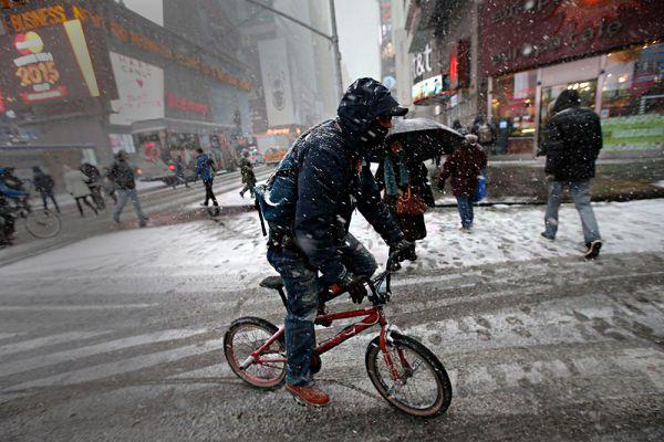 Жителей Нью-Йорка предупредили также о возможном закрытии в ближайшие часы крупных автомагистралей, может быть прервано и железнодорожное сообщение с другими районами страны.