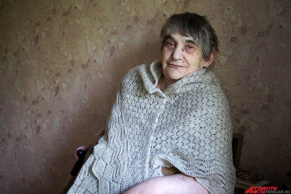 Софья Самуиловна Моисеева.  Родилась в 1938 году в Рославле Смоленской области. В дошкольном возрасте подверглась преследованию немецко-фашистскими  захватчиками, попала за колючую проволоку. Из детских воспоминаний помнит только крики, стрельбу и бомбежки: «Все вокруг кричали: Спрячьте эту девочку в красном сарафане, скорее». После окончания войны училась, получила среднее образование, стала работать на ИТР. Вышла замуж. Родила сына. В 1979 году овдовела. А в 1994 году вышла на пенсию.