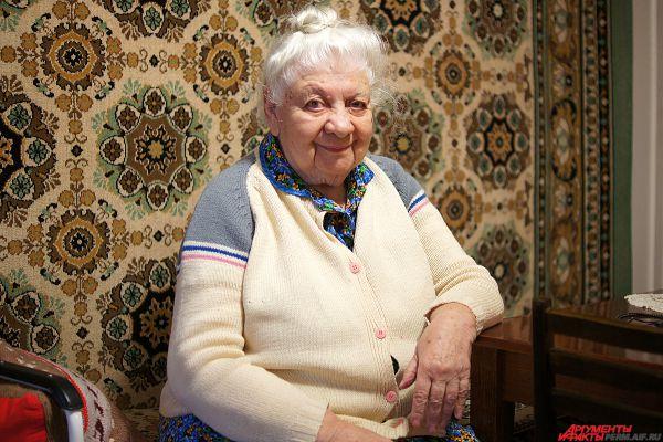 Антонина Михайловна Сердюкова. В 2015 году ей исполнилось 90 лет. Родилась на Украине. О начале войны она, участница концерта музыкальных школ, узнала на сцене театра в Сталинграде. Пережила страшную бомбежку города, которая не прекращалась ни днем, ни ночью.  Была угнана в Германию. Три года (1942-1945) находилась на принудительных работах на алюминиево-ванадиевом заводе в городе Лаутанверке в 60 км от Дрездена. Рабский труд, унижение, полуголодное существование.  Зимой стены барака покрывались инеем, летом не давало жить неимоверное количество клопов.