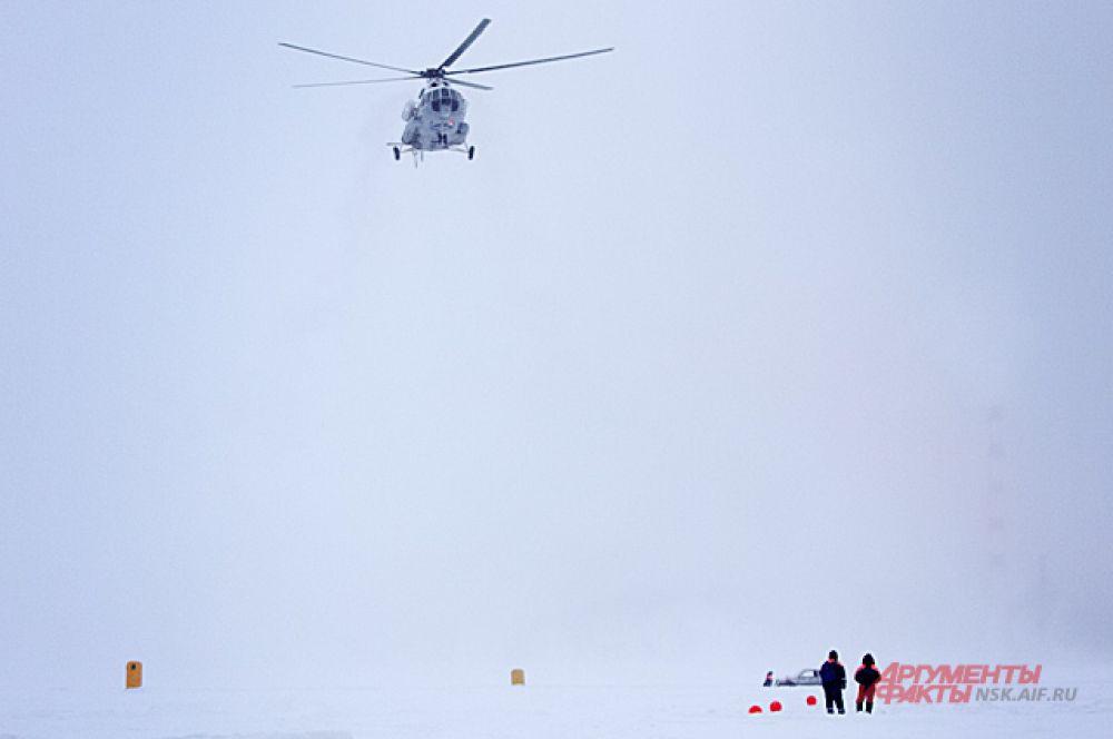 А для поднятия со льда автомобиля спасатели прислали вертолёт.