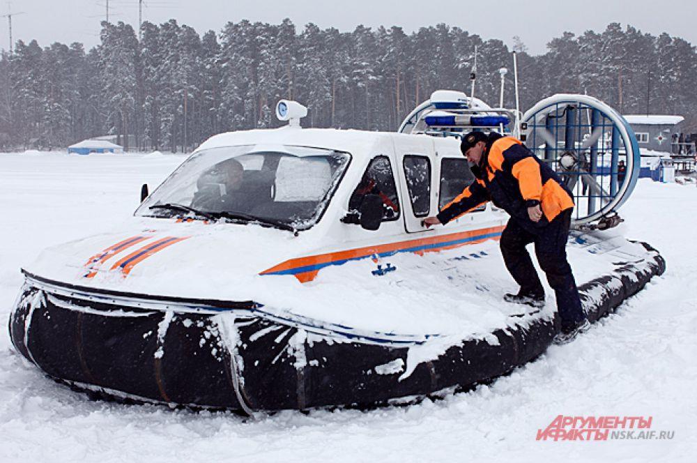 Ситуация, заданная во втором этапе учений, была более серьёзной. На льдине осталось несколько человек и автомобиль.