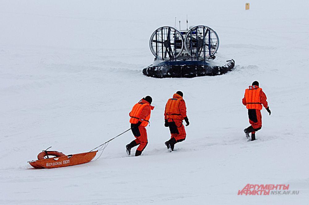 Группа спасателей немедленно поспешила к нему на помощь.