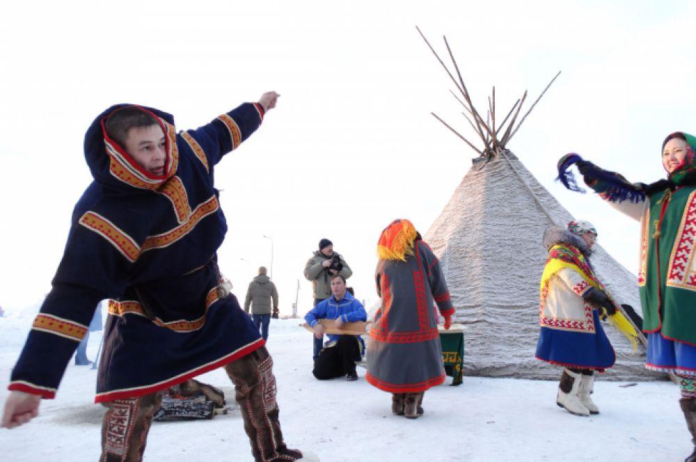 В Ханты-Мансийске с размахом отмечаются праздники ханты и манси, главными из которых является Медвежий праздник и Вороний день.