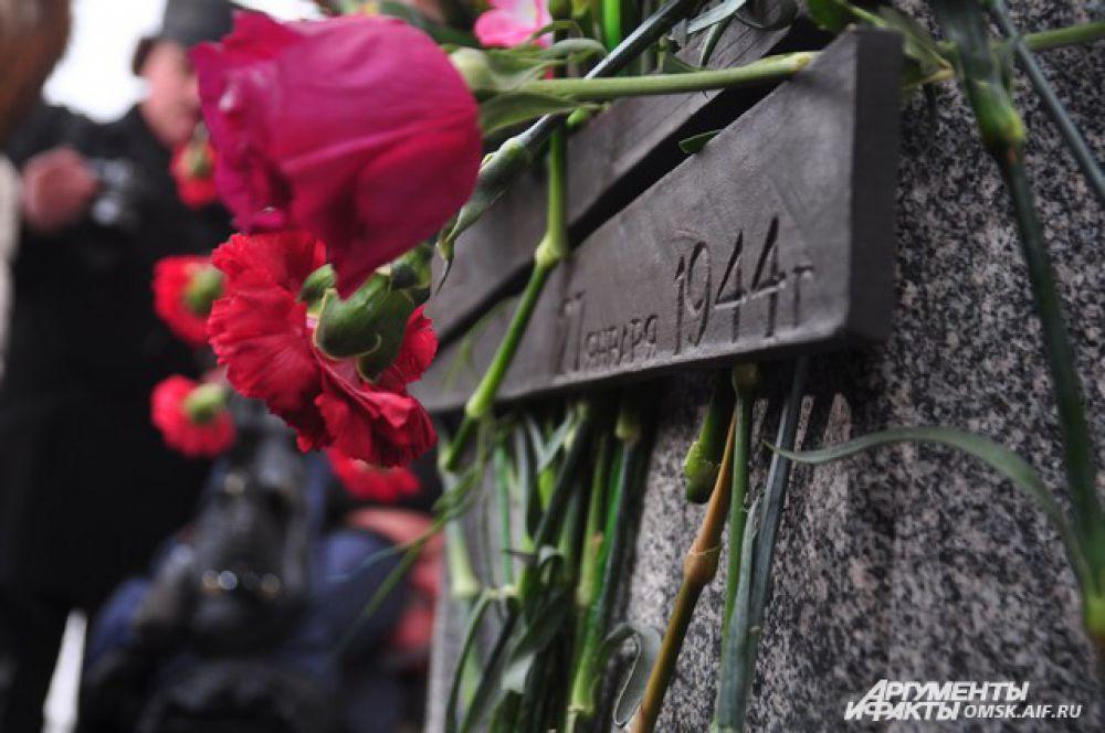 Омичи возложили цветы к памятнику детям блокадного Ленинграда.