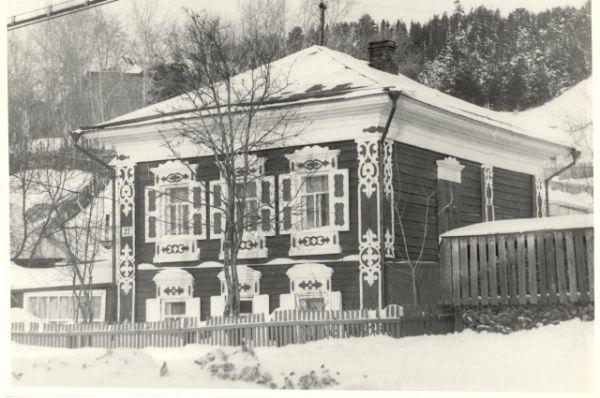 В Самарово сохранился образец архитектуры второй половины XIX в. Самый красивый дом в исторической части Самарова по улице Кирова – дом купца Земцова.