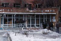 Прохожие у здания больницы в Донецке, в которую в результате обстрела города попал артиллерийский снаряд.