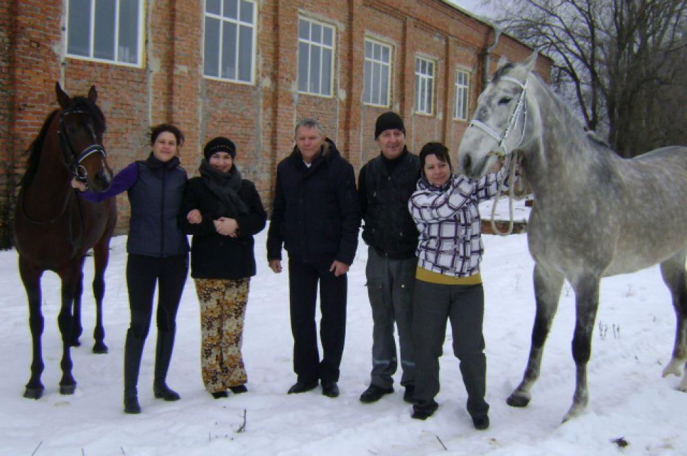 Фото на память с лошадьми. Слева на право: Галина Любивая, Екатерина Тынянова, Николай Корольков, Николай Бобрович и марина Фокина.
