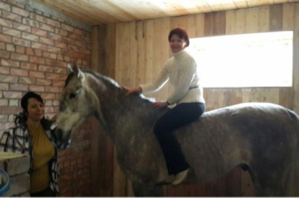 Перед соблазном - сесть на лошадь верхом - устоять невозможно. Тем более, если она ластится и лижет тебе ладошки.