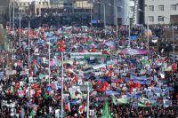 Верующие на акции протеста против публикации карикатур на пророка Мухаммеда в городе Грозном.