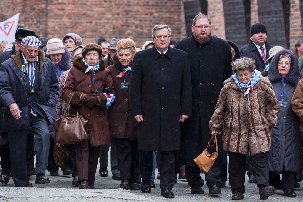 Центральные памятные мероприятия с участием официальных делегаций из десятков стран мира начались в бывшем концлагере в 15:30 по местному времени (17:30 по Москве). В программе главное место занимали выступления бывших узников. Кроме того, с речью выступил президент Польши Бронислав Коморовский.