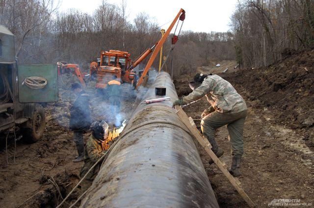 Поврежденная труба водопровода