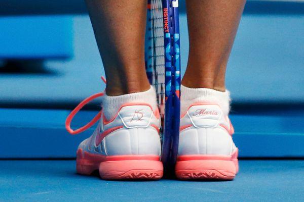 Попадите всего лишь в 9 финалов турниров «Большого шлема» и производители спортивных товаров начнут и вам шить именную обувь.  Мария Шарапова в матче второго круга Australian Open против соотечественницы Александры Пановой.