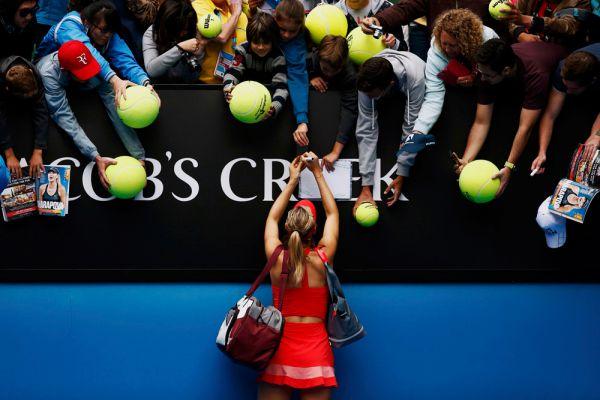 Скучные в Австралии болельщики, мячи для автографов подают. Нет чтобы паспорта, как в России. Мария Шарапова в четвертьфинальном матче Australian Open против канадки Эжени Бушар.