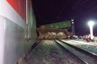 Грузовой поезд сошел с рельсов в Омской области.