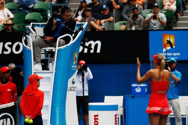 Маша объясняет судье, что ему пора обратиться к окулисту. Мария Шарапова в четвертьфинальном матче Australian Open против канадки Эжени Бушар.