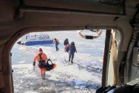Любители зимней рыбалки добровольно идут на риск.