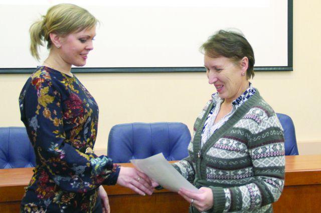Ирина Шавыкина получила заслуженный сертификат.