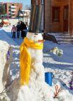 Для снеговика-джентльмена «авторы» не пожалели аксессуаров со своего плеча.