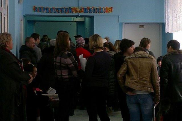 1 марта 2014 года. Очередь родителей, желающих записать своих детей в первый класс одной из школ Ханты-Мансийска.