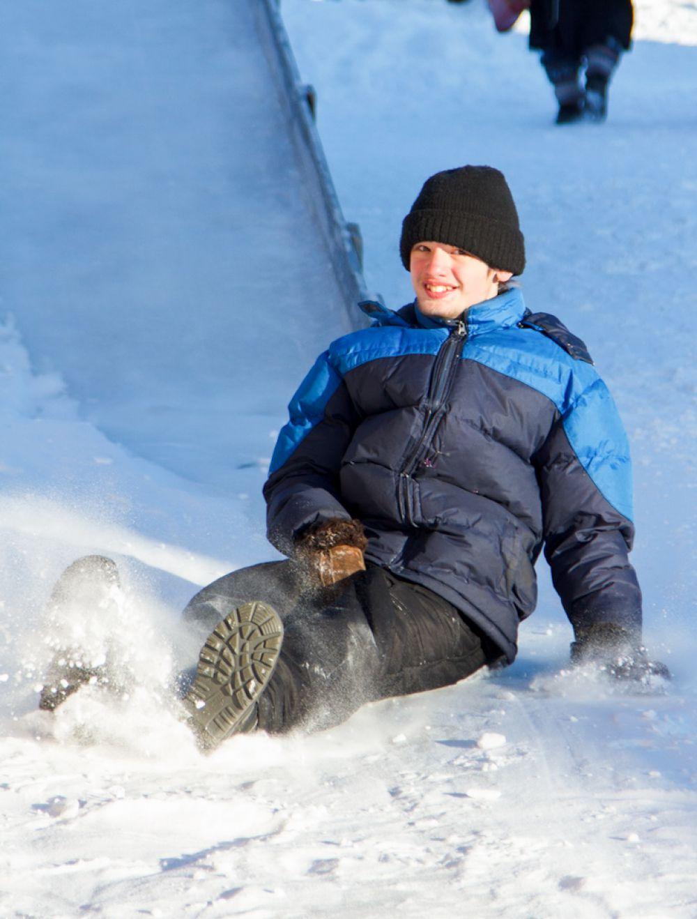 Любимая зимняя забава всех уральцев – от мала до велика – катание на горке.