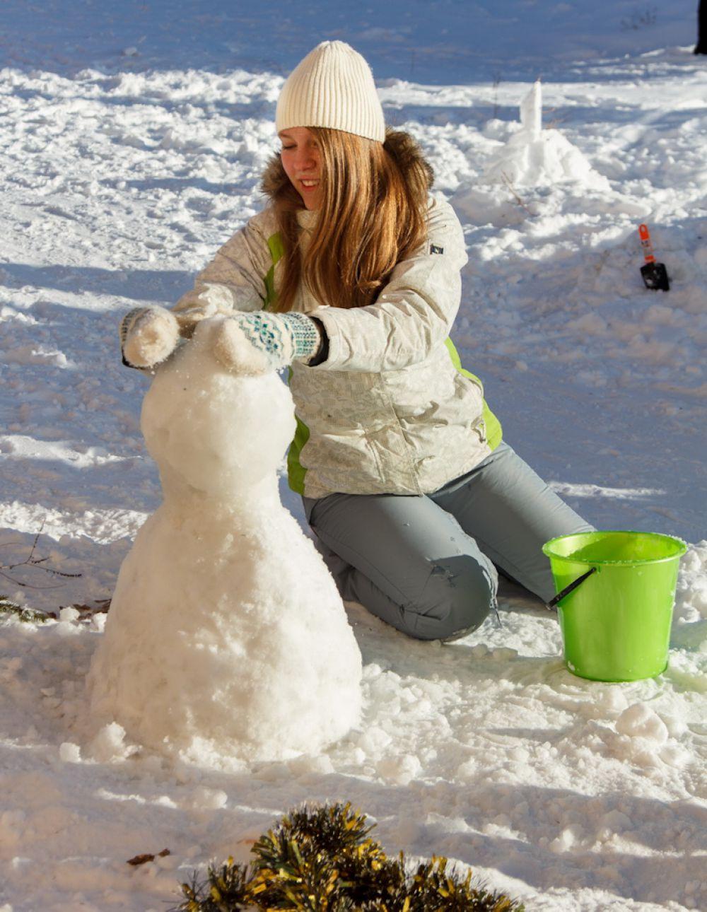 Чтобы укротить на морозе строительный материал, приходилось поливать снег водой.