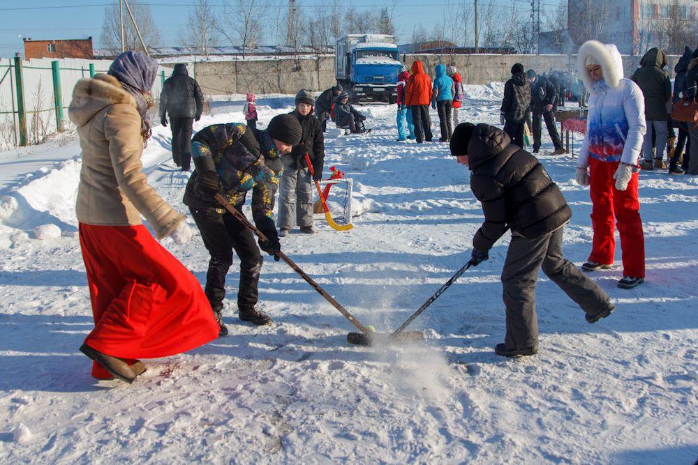 Один из этапов соревнований – хоккей с мячом на снегу.