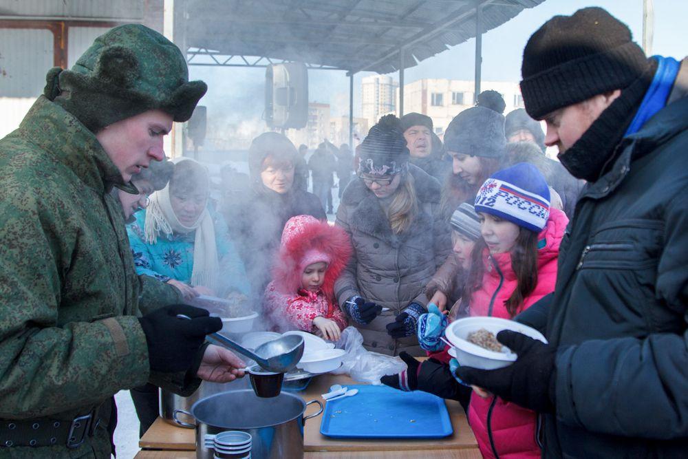 Всех участников стартов согревала на морозе настоящая солдатская каша.